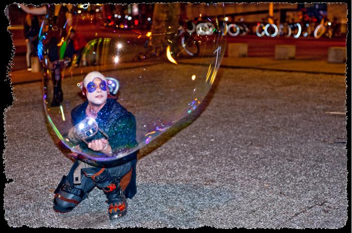 Bubblica zeepbellen straattheater op Heel Nijmegen Plat 2013