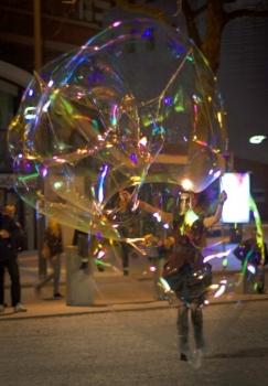 Bubblica zeepbellen straattheater op Heel Nijmegen Plat 2013 4.jpg