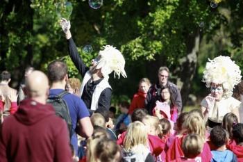 Bubblica zeepbellen performance op Provinciedomein Vlaams-Brabant, Huizingen-01.JPG