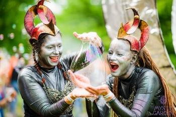 Bubblica zeepbellen performance Mystic Garden 2018 fotograafniels.nl 01.jpg